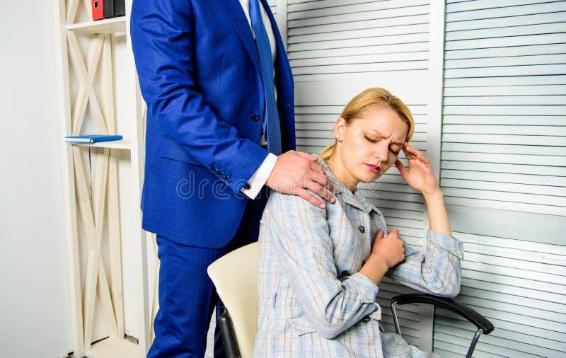 Hombro del tacto de Boss del colega de oficina femenino Trabajador de mujer cansado que se relaja mientras que hombre que le da m foto de archivo