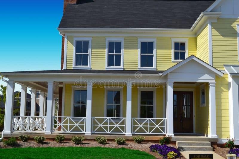 HOME amarela do estilo de Nova Inglaterra com patamar foto de stock royalty free