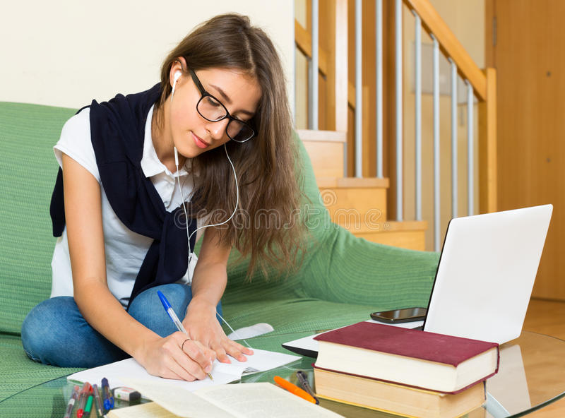 home bärbar dator för flicka genom att använda barn arkivfoto
