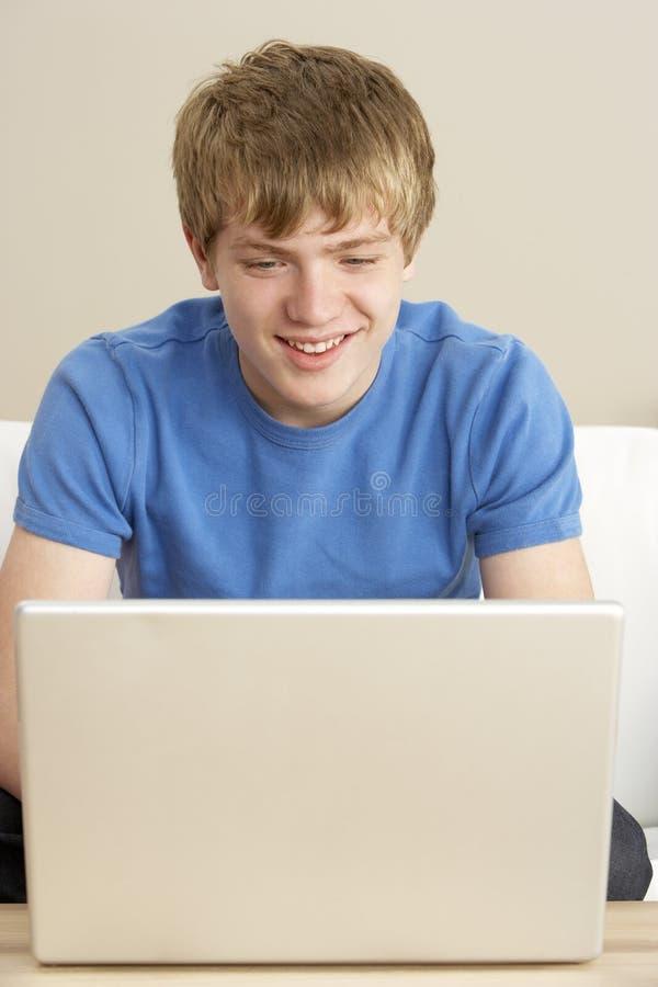 home bärbar dator för pojke genom att använda barn royaltyfria foton
