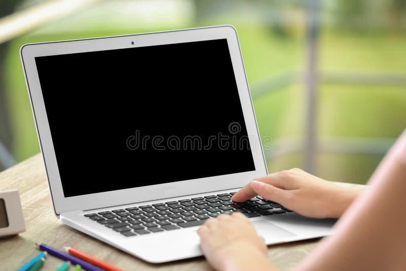 home bärbar datorkvinnaworking Åtlöje upp royaltyfria foton