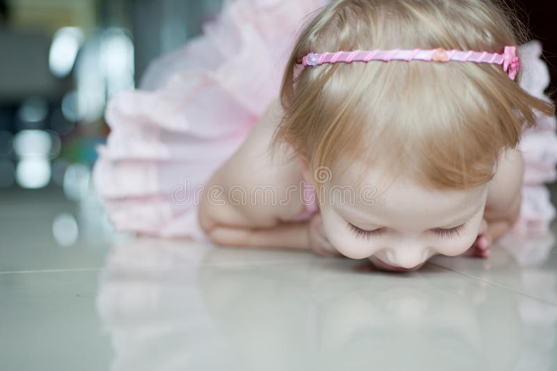 home ballerina little som öva royaltyfri bild