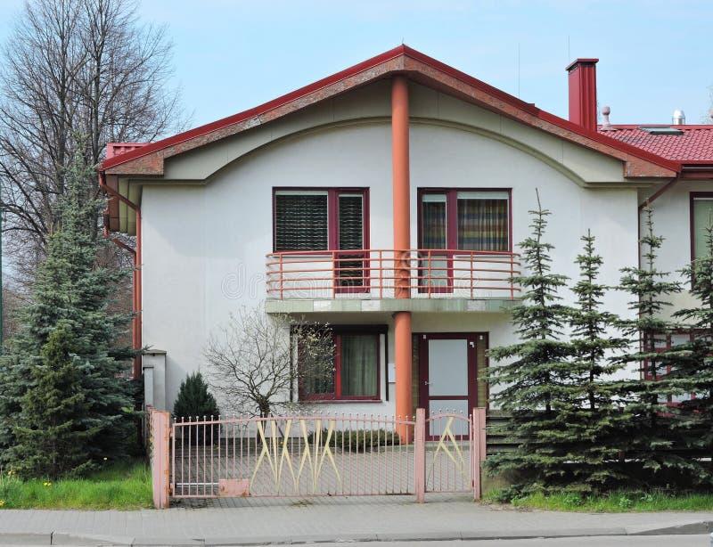 HOME branca com telhado vermelho fotos de stock
