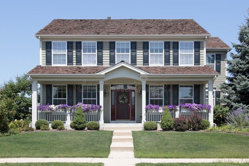 HOME com obturadores azuis e o pátio de entrada coberto fotos de stock royalty free