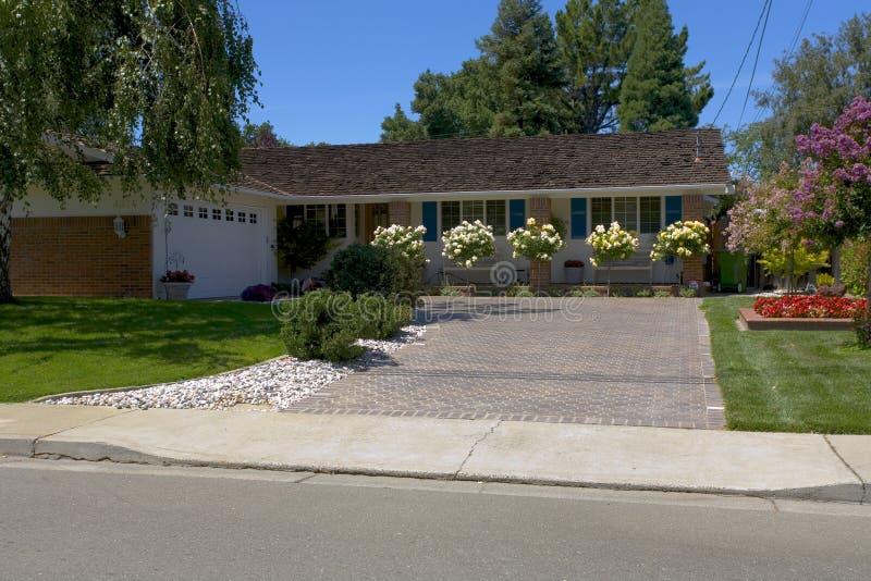 HOME do estilo do rancho com grandes rosas foto de stock royalty free