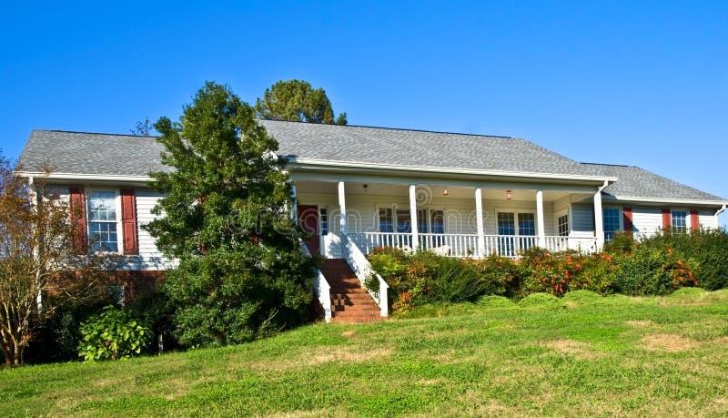 HOME do estilo do rancho do tijolo e da madeira foto de stock royalty free