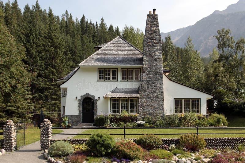 HOME do país com a grande chaminé do tijolo fotos de stock royalty free