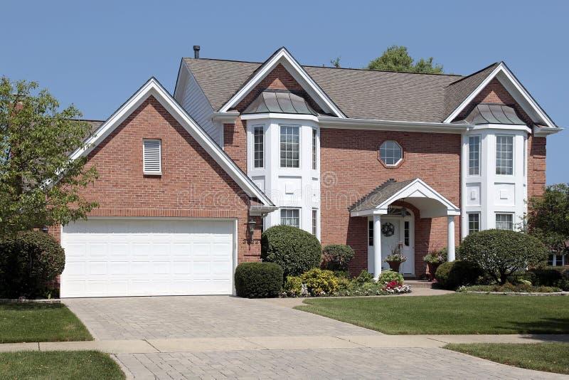 HOME do tijolo com as colunas na entrada foto de stock royalty free