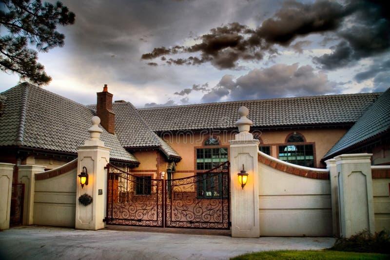 HOME e porta americanas da mansão em HDR foto de stock royalty free