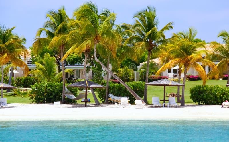 HOME exclusivas do beira-rio com a praia em Antígua imagem de stock