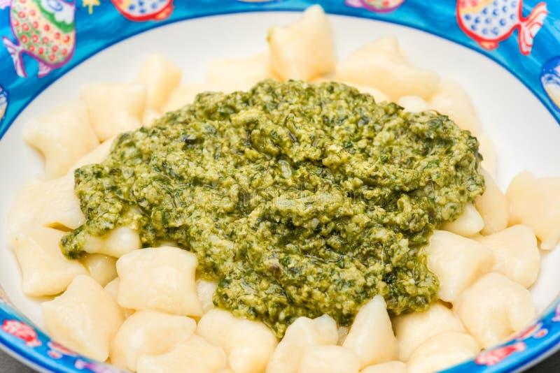 A HOME fêz Gnocchi com Pesto italiano. imagens de stock