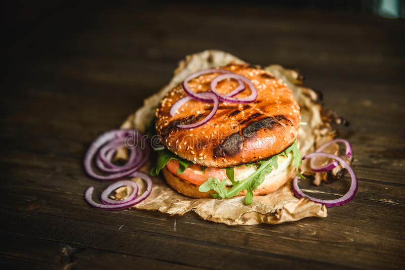 A HOME fêz o hamburguer imagem de stock