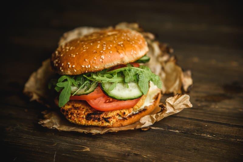 A HOME fêz o hamburguer imagens de stock royalty free