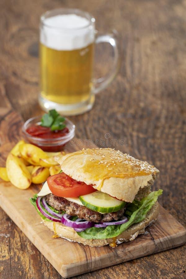 A HOME fêz o hamburguer fotos de stock