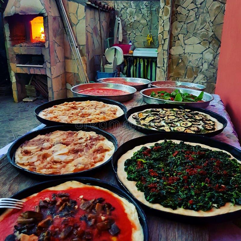 A HOME fêz a pizza imagens de stock royalty free