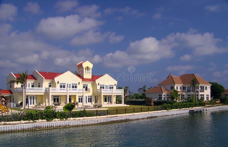 HOME grandes do beira-rio no caimão grande imagens de stock royalty free