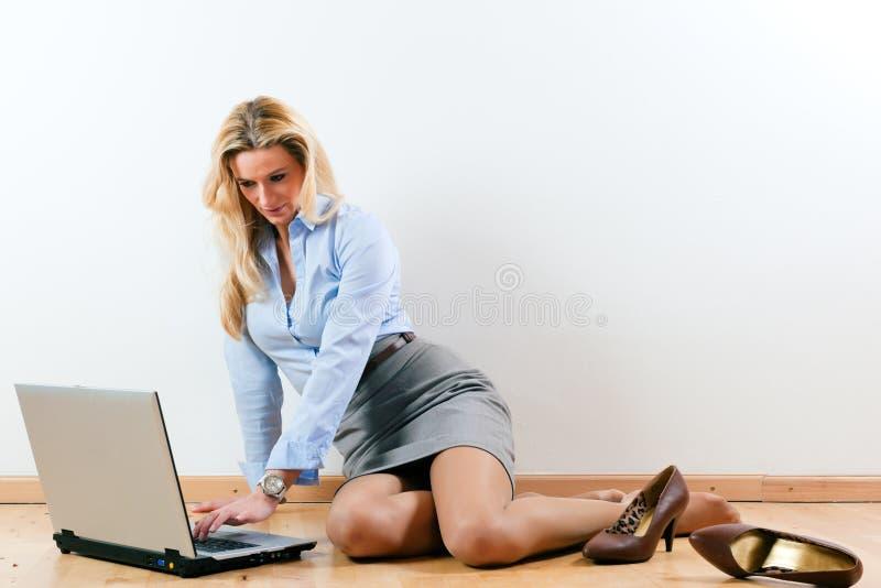 home kvinnaworking för affär royaltyfria bilder