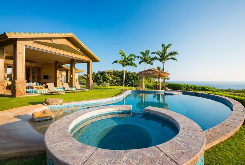 HOME luxuosa com piscina imagem de stock royalty free
