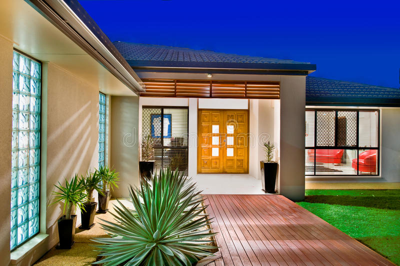 HOME luxuosa com portas de madeira imagens de stock royalty free