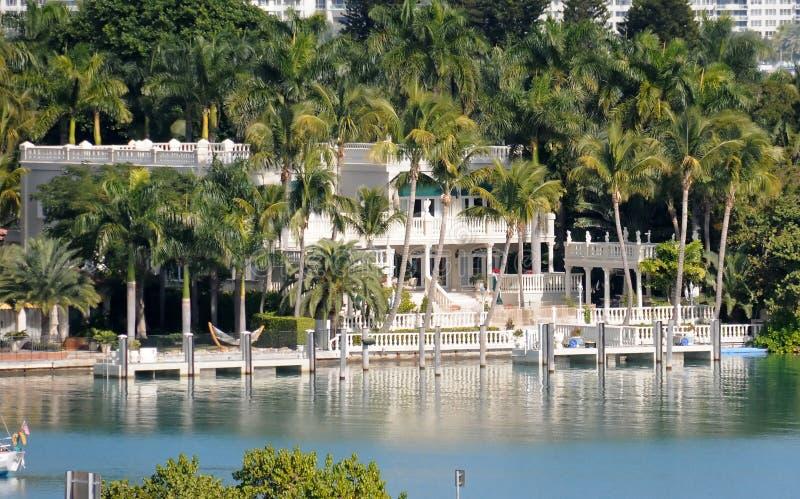 HOME luxuosa do beira-rio fotografia de stock royalty free