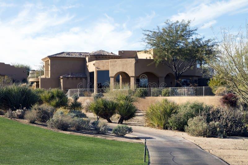 HOME luxuosa moderna nova do campo de golfe do deserto foto de stock royalty free