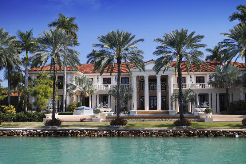 HOME luxuoso do beira-rio imagem de stock royalty free