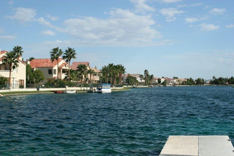 HOME luxuosos das proximidades do lago com opinião da água fotografia de stock royalty free