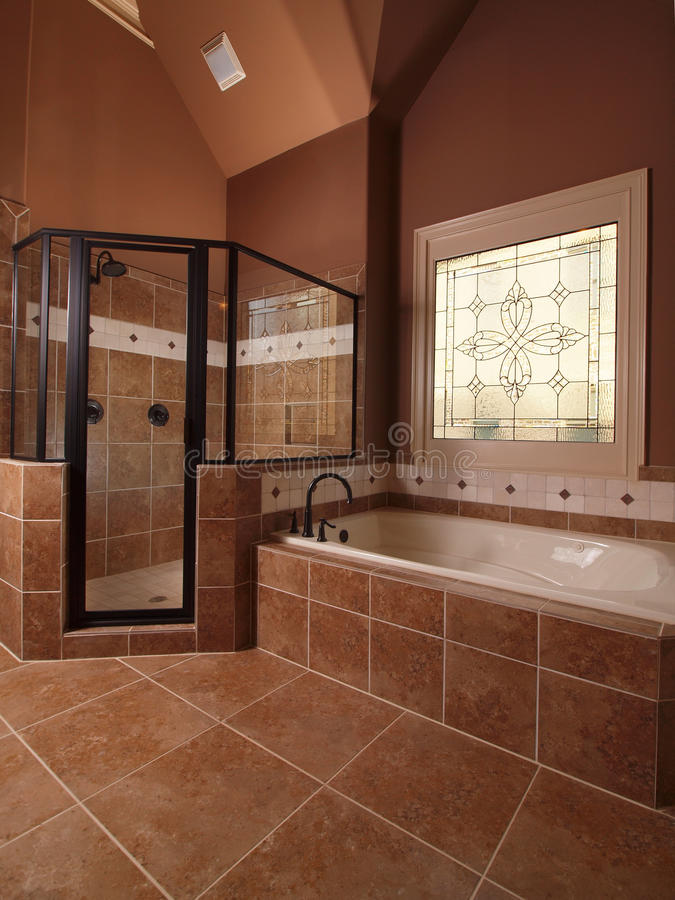 home lyxigt tegelplattafönster för badrum royaltyfri foto