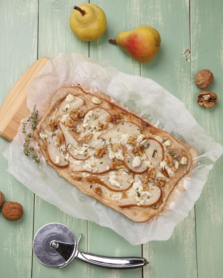 Home Made Pear, Goat Cheese & Walnut Flatbread stock photography
