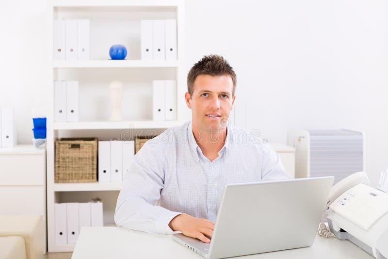 home manworking för affär royaltyfri bild