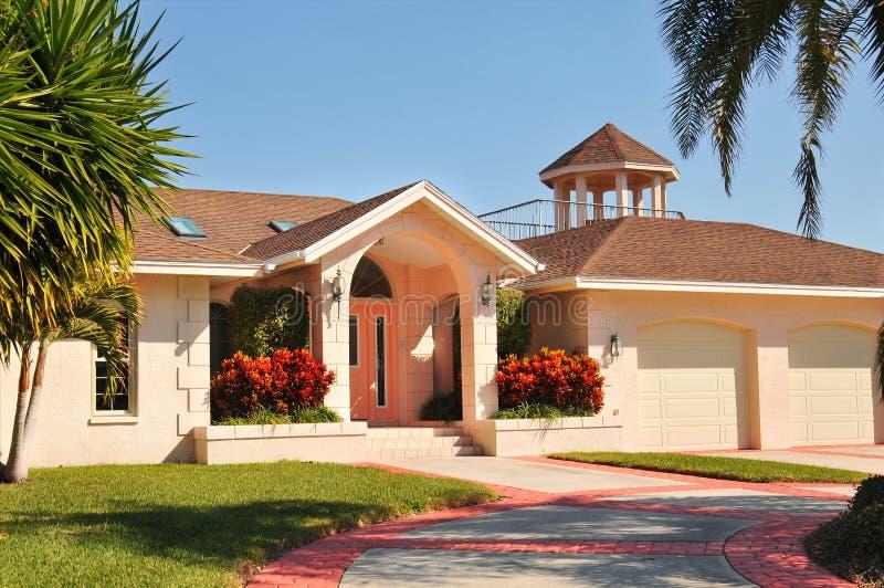 HOME moderna do estilo do rancho com gazebo imagens de stock