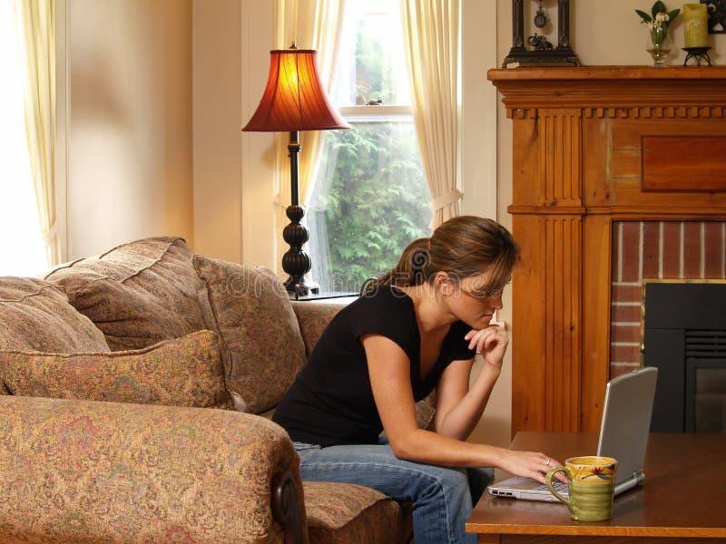 home momworking royaltyfria bilder