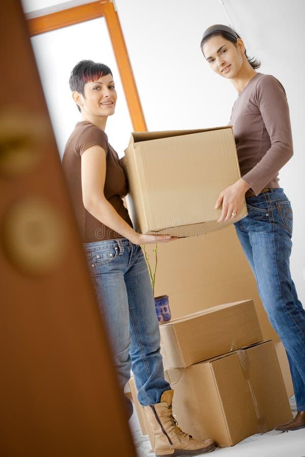 home moving kvinnor arkivbilder