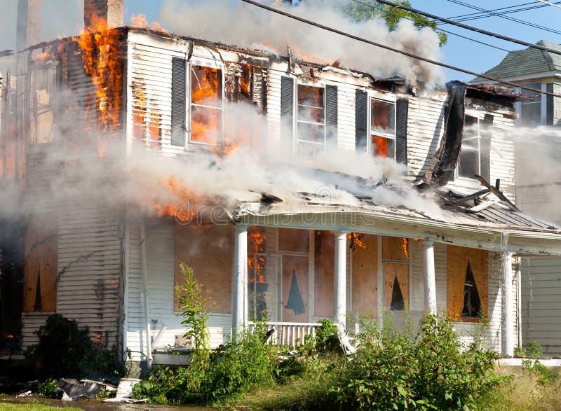 HOME no incêndio foto de stock royalty free