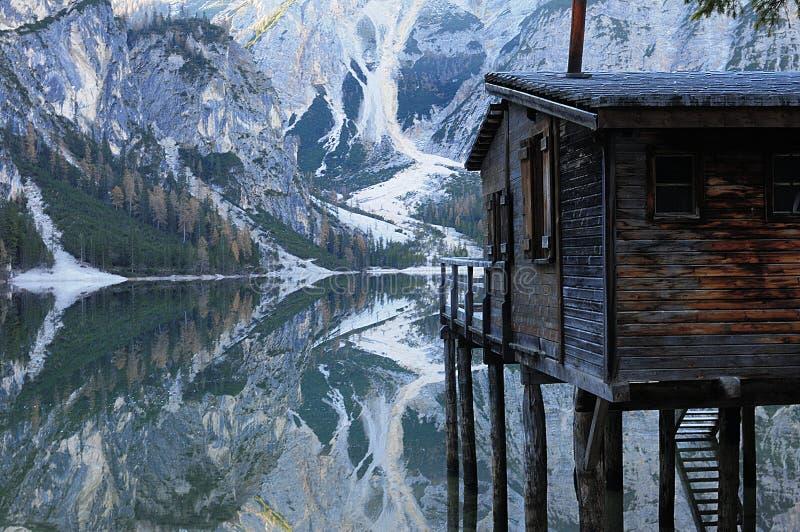 HOME no lago foto de stock royalty free