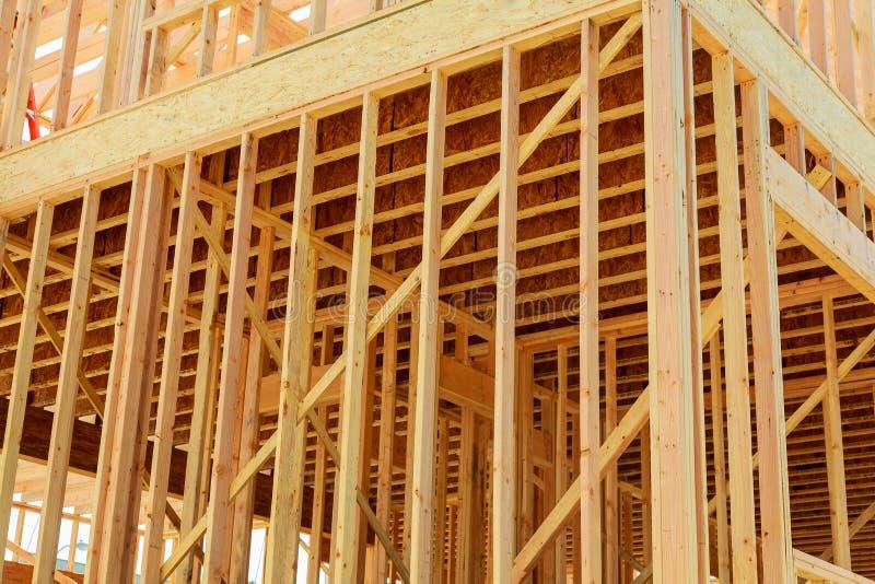 home nytt för konstruktion byggande med den träbråckband-, stolpe- och strålramen royaltyfria foton