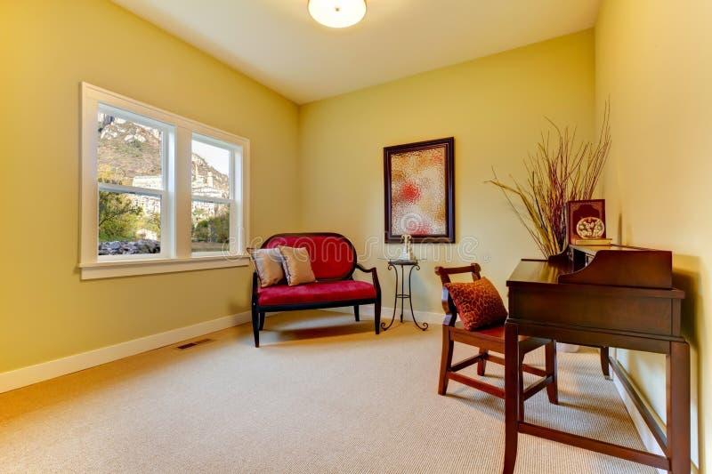 Home Office avec des couleurs d'or et beiges. photographie stock