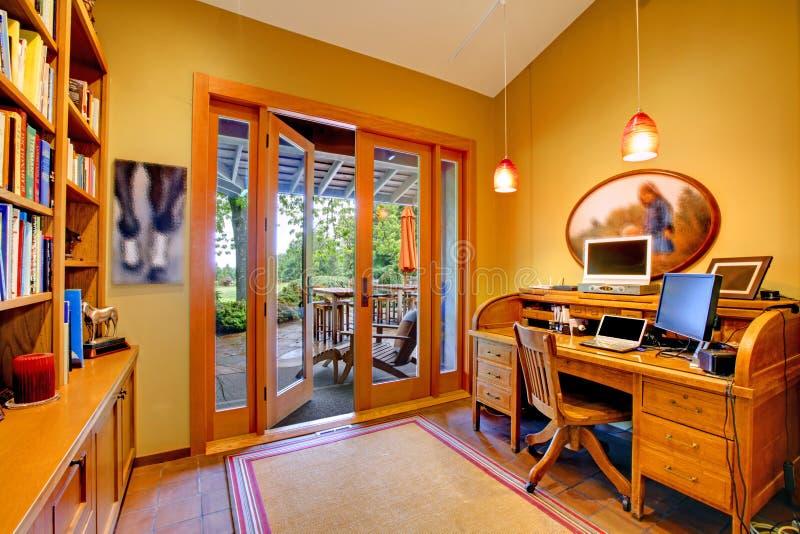 Home Office jaune avec une porte ouverte au paquet images libres de droits