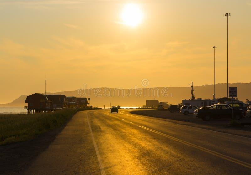Home run en Alaska en el puerto del puerto de la puesta del sol foto de archivo