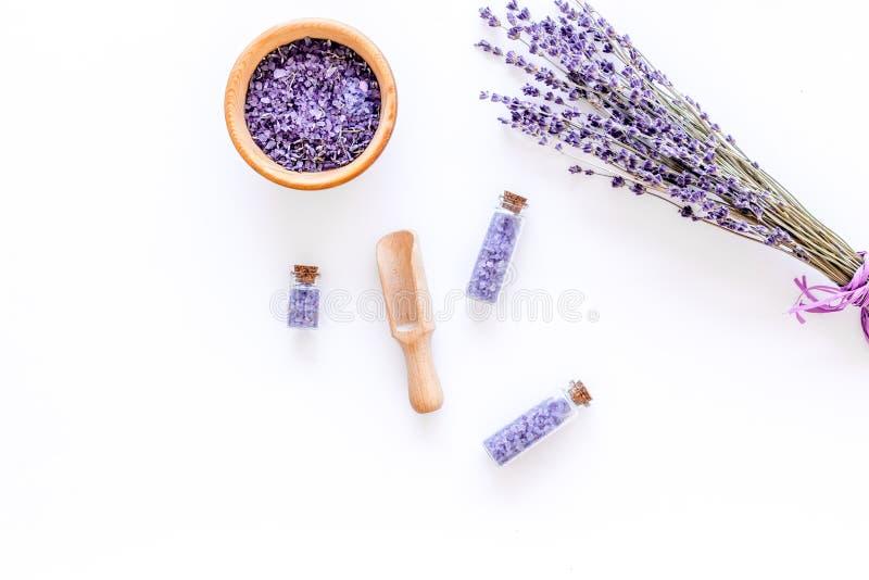 Home spa met het kosmetische zout van lavendelkruiden voor bad op wit bureau achtergrond hoogste meningsmodel stock foto's