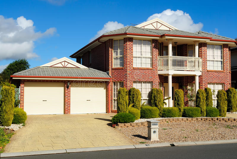 HOME suburbana do tijolo da vizinhança fotos de stock royalty free