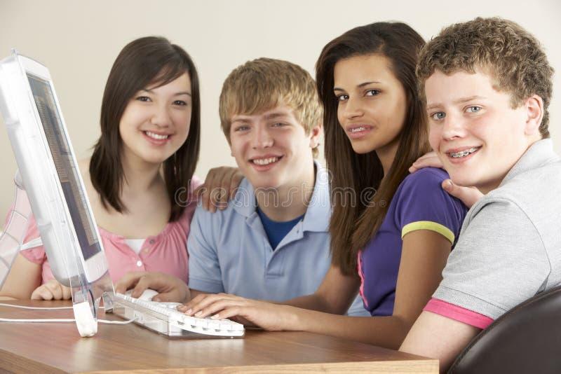 home tonåringar för dator royaltyfria foton
