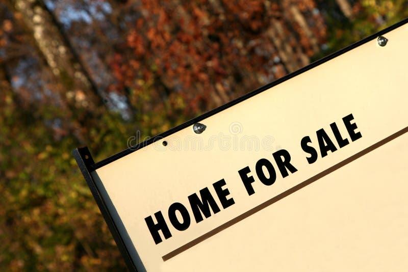 home verkligt försäljningstecken för gods arkivbild