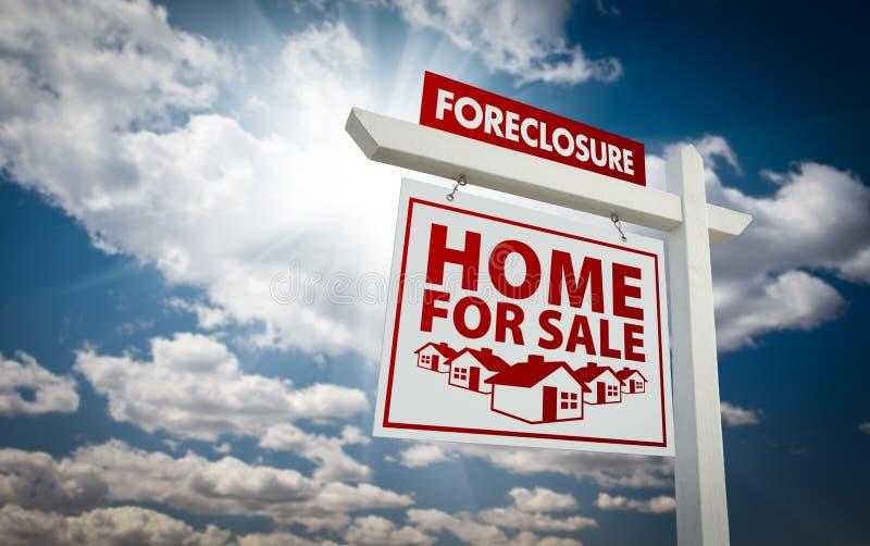 HOME vermelha da execução duma hipoteca para o sinal dos bens imobiliários da venda fotografia de stock royalty free