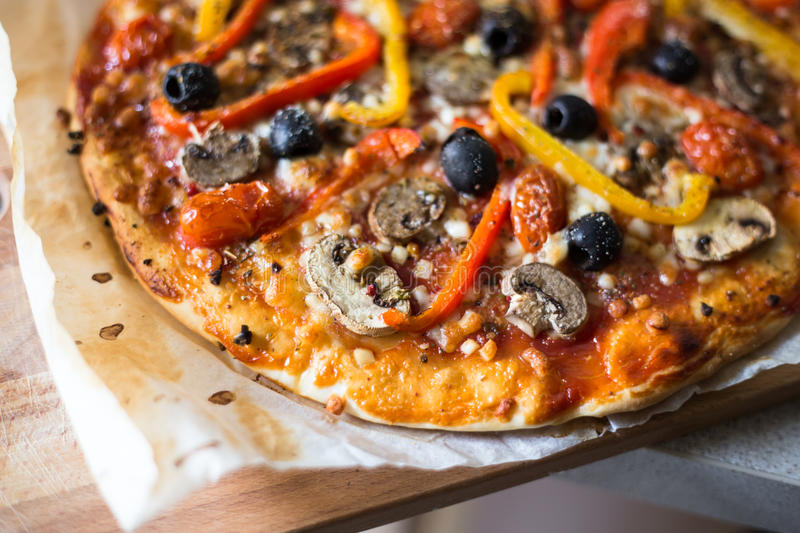 Homebaked traditionell pizza royaltyfria foton