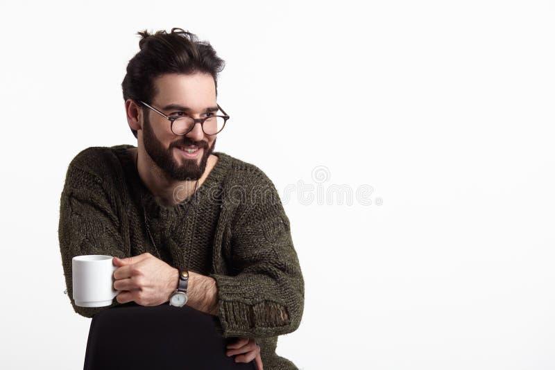 Homem à moda alegre com caneca fotografia de stock