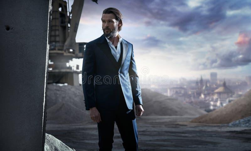 Homem à moda considerável em um terno elegante foto de stock