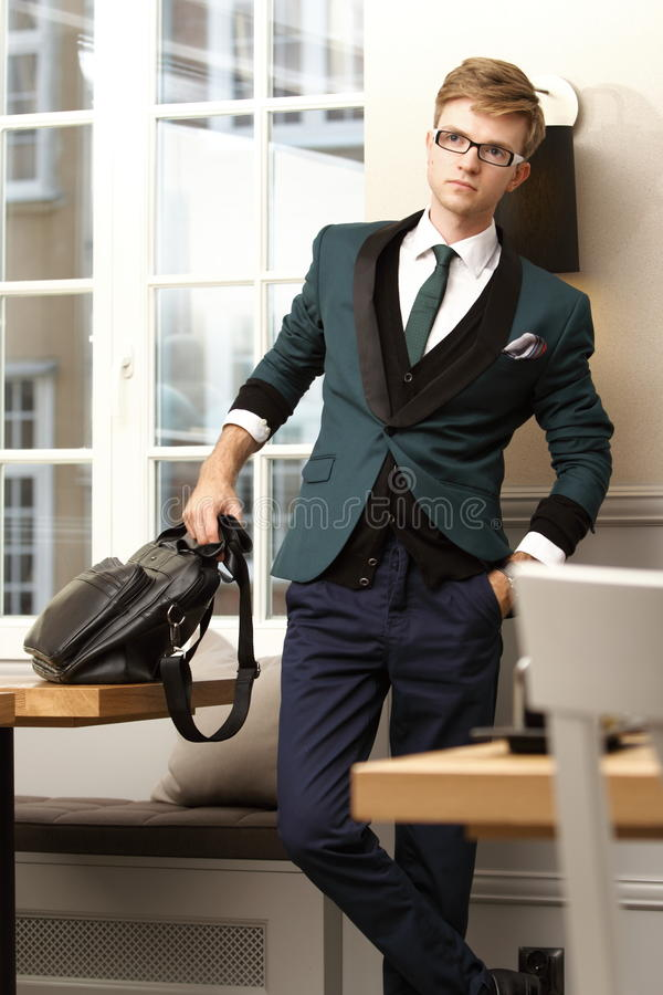Homem à moda considerável novo no café na moda imagens de stock royalty free