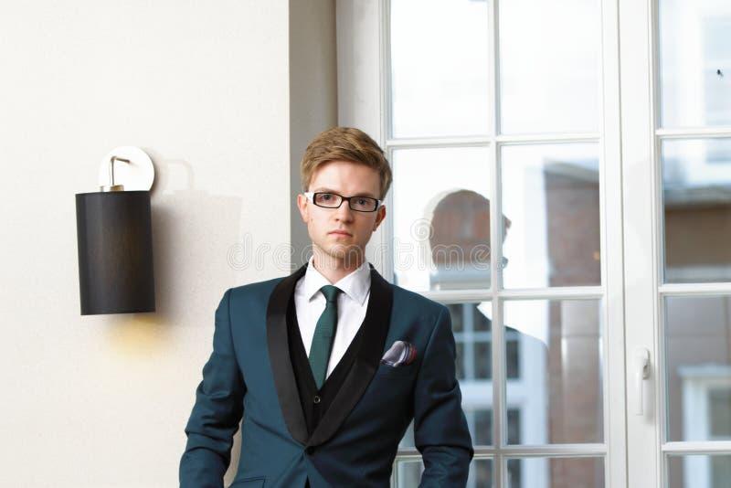 Homem à moda considerável novo no café na moda fotos de stock royalty free