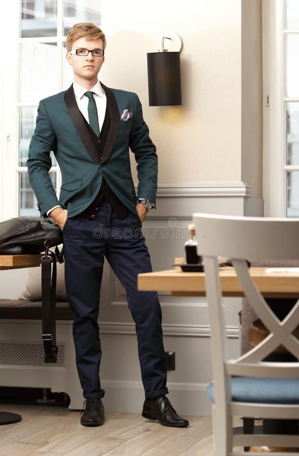 Homem à moda considerável novo no café na moda foto de stock royalty free